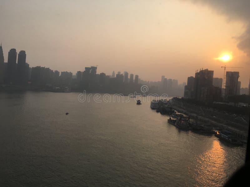 Cabina del cable del río de la puesta del sol de la ciudad imagenes de archivo