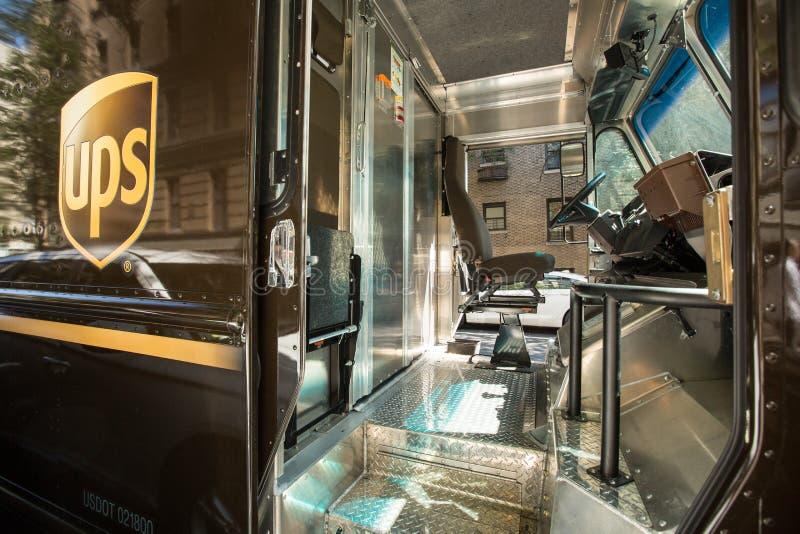 Cabina del camión de reparto de UPS, conductor hacia fuera para la entrega imagenes de archivo