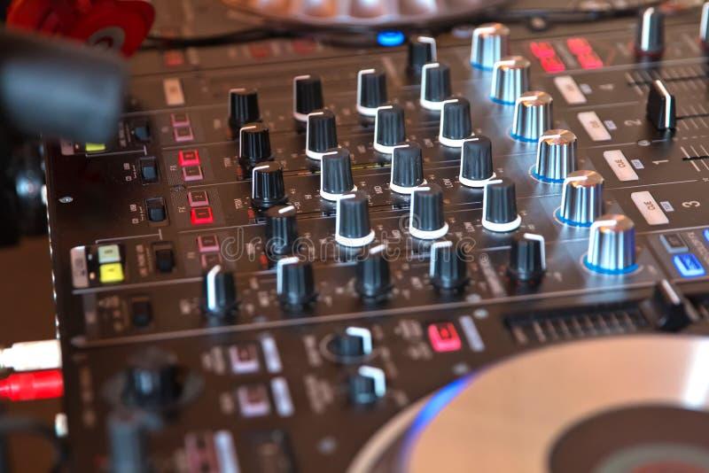 Cabina del DJ al partito del night-club per la miscelazione di musica immagine stock libera da diritti