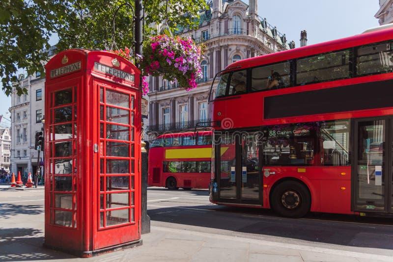 Cabina del teléfono de Londres y autobús del autobús de dos pisos foto de archivo libre de regalías
