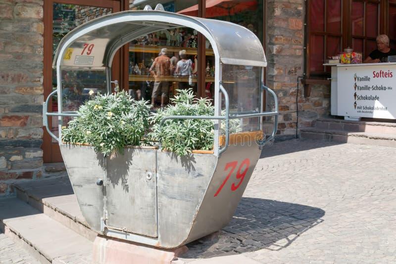 Cabina della cabina di funivia usata come decorazione all'entrata alla stazione funicolare immagini stock libere da diritti