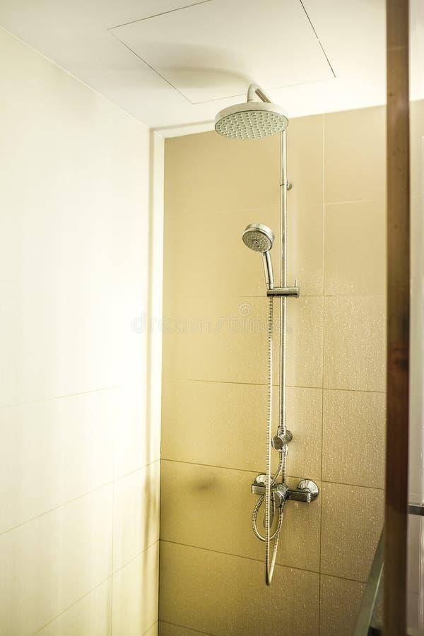 Cabina della doccia con lo spruzzatore fisso immagini stock libere da diritti