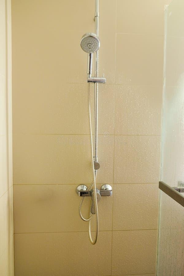 Cabina della doccia con lo spruzzatore fisso immagini stock