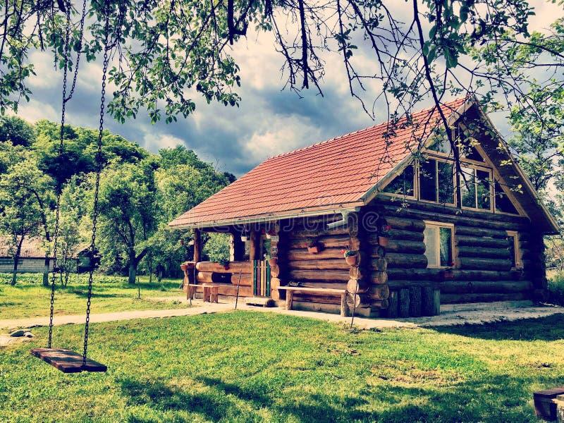Cabina di ceppo di legno nella Transilvania immagini stock