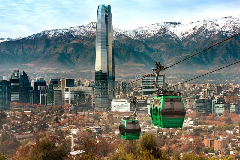 Cabina di funivia in collina di San Cristobal, trascurante una vista panoramica di Santiago fotografia stock