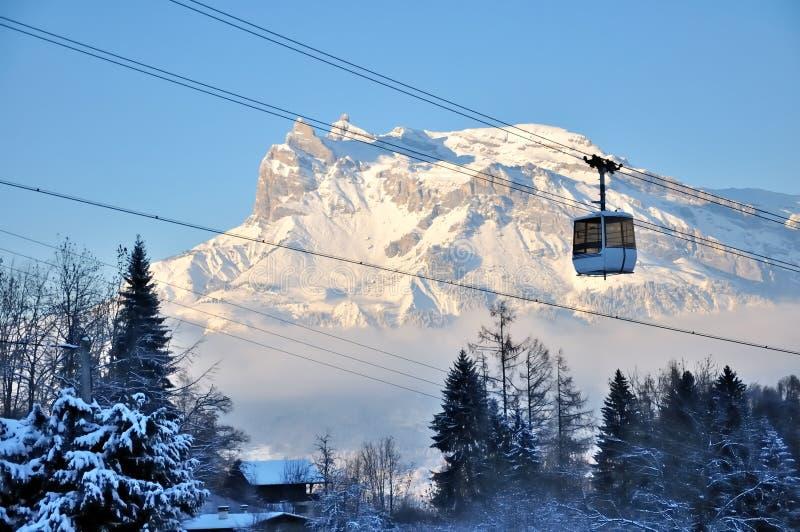 Cabina di funivia da nevicare montagna fotografie stock