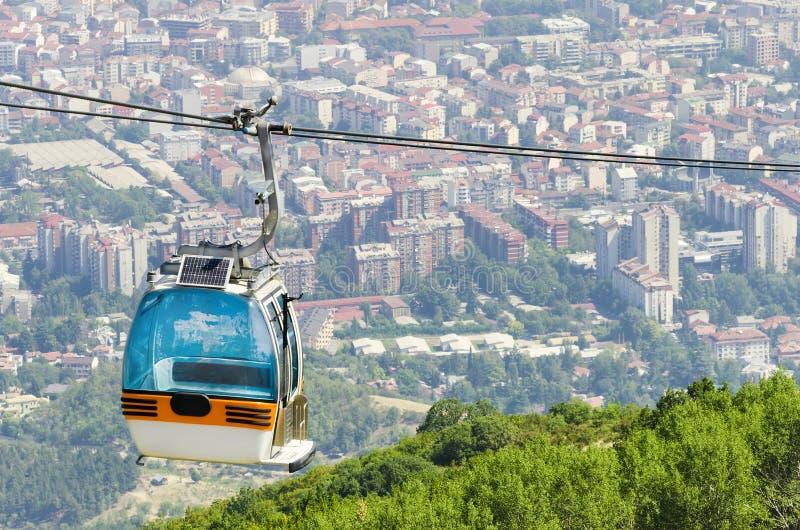 Cabina di funivia e città di Skopje, Macedonia fotografia stock