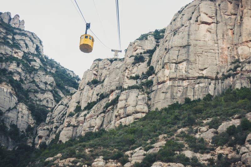 Cabina di funivia gialla al monastero di Montserrat in Spagna vicino a Barcellona fotografie stock libere da diritti