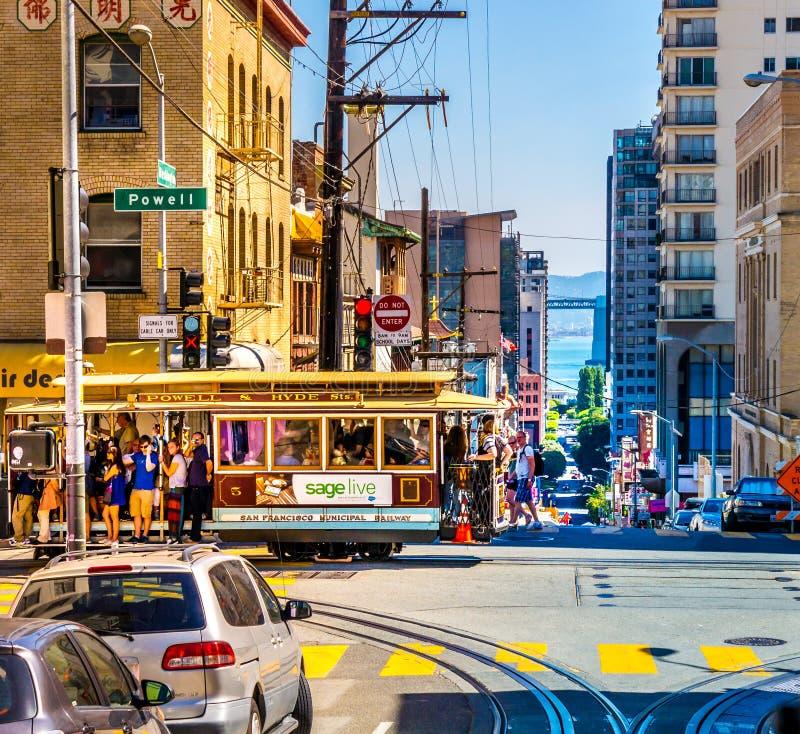 Cabina di funivia nel cuore di San Francisco con molti turisti un giorno di estate variopinto fotografia stock