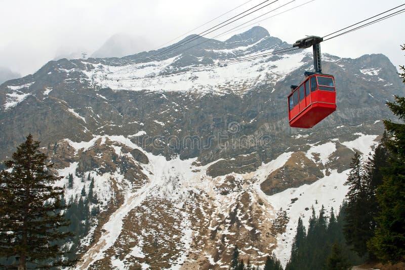 cabina di funivia rossa alla montagna di pilatus a lucern