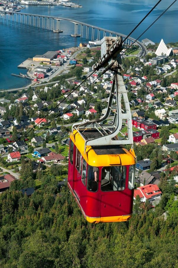 Cabina di funivia sopra la città di Tromso, Norvegia fotografia stock