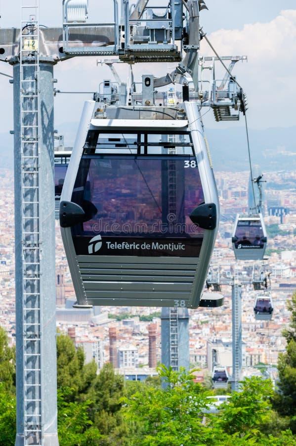 Cabina di funivia Teleferic de Montjuic di Montjuic fra la costa e la collina di Montjuic a Barcellona immagini stock libere da diritti