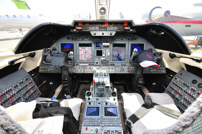 Cabina di guida del jet privato a singapore airshow for Cabina del biscotto di marthastewart com
