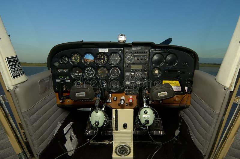 Cabina di guida di Cessna con le cuffie avricolari fotografia stock