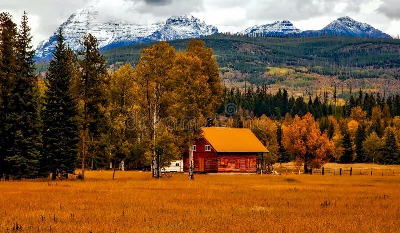 Cabina di legno in valle della montagna fotografia stock