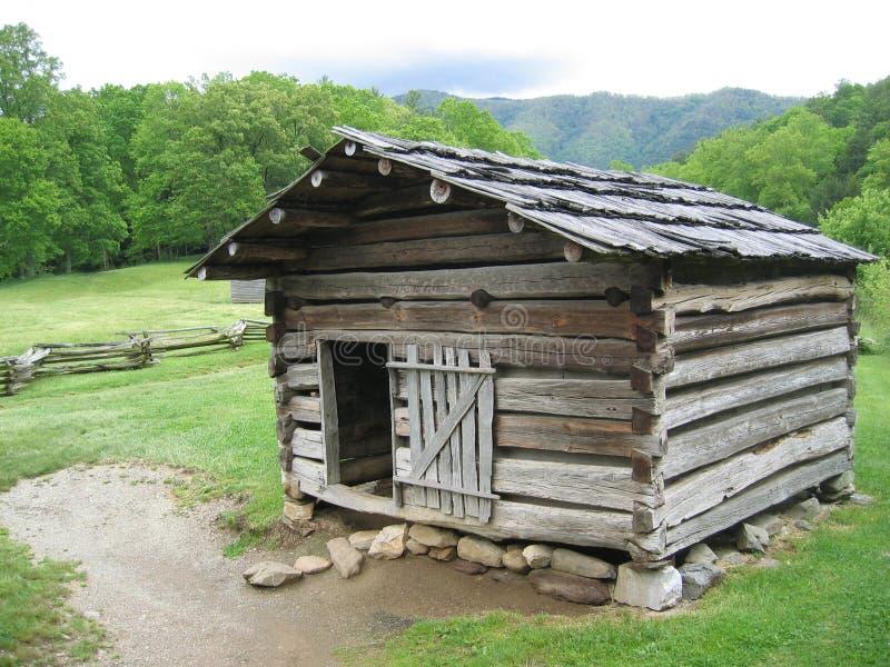 Cabina di libro macchina rustica nelle grandi montagne fumose fotografia stock libera da diritti