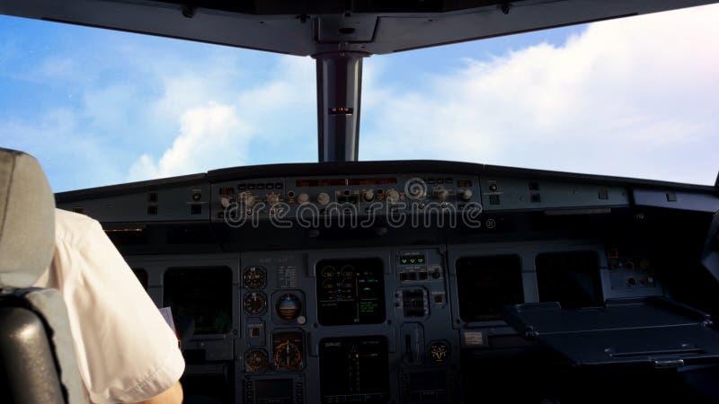 In cabina di pilotaggio, aeroplano che sorvola le nuvole Vista dalla cabina di pilotaggio nel cielo durante il volo immagine stock libera da diritti