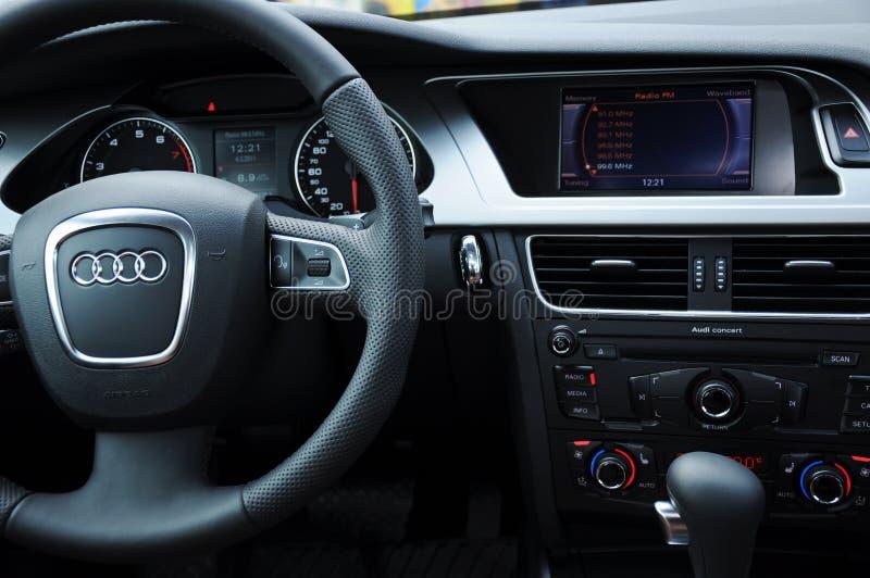 Cabina di pilotaggio di Audi a4 e volante fotografie stock