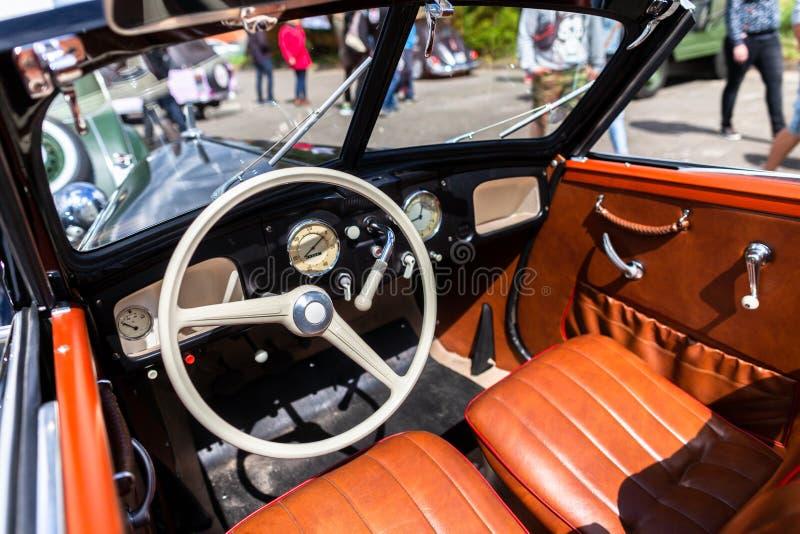 Cabina di pilotaggio da un'automobile tedesca del oldtimer immagini stock libere da diritti