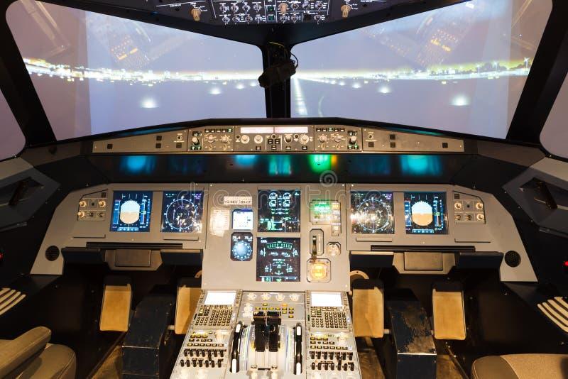 Cabina di pilotaggio del simulatore di volo fotografia for Costruttori di cabina del minnesota