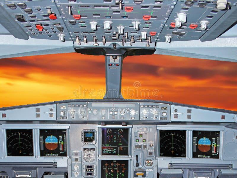 Cabina di pilotaggio piana durante il crepuscolo immagini stock