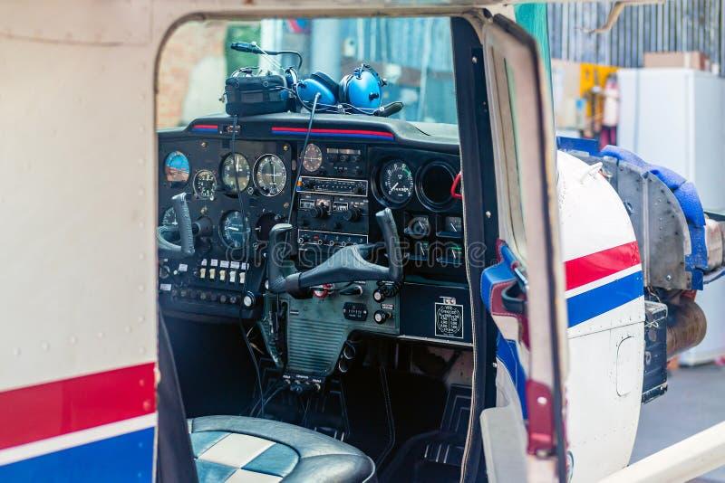 Cabina di pilotaggio di piccolo aereo fotografia stock