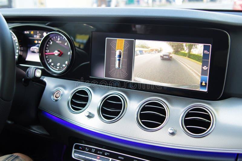 Cabina di pilotaggio di un'automobile moderna con la macchina fotografica inversa immagini stock
