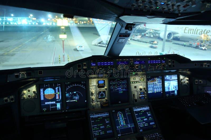 A cabina do piloto de Airbus A380 dos emirados mostrou no aeroporto internacional de Al Maktoum fotos de stock