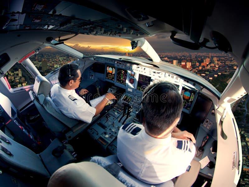 Cabina do piloto de aviões de avião de passagem modernos imagem de stock