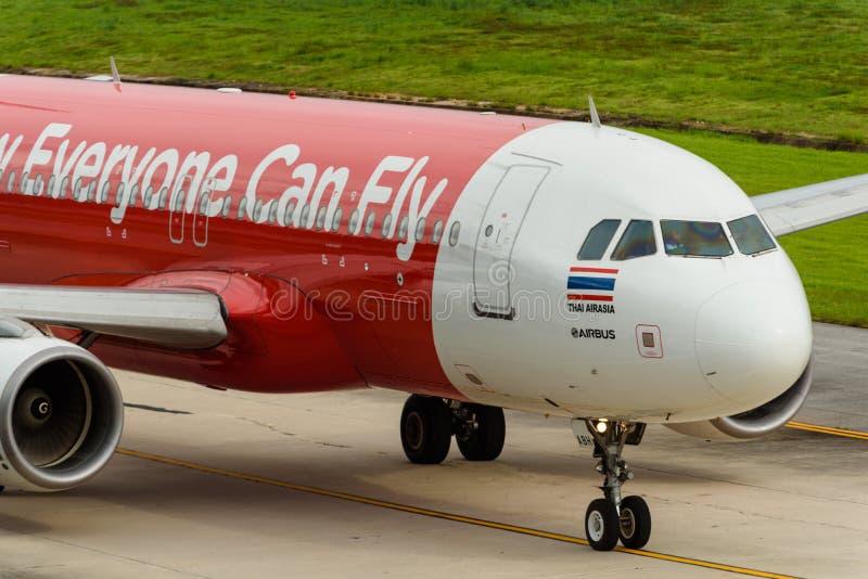 Cabina do piloto do avião das vias aéreas de Air Asia através do táxi fotografia de stock royalty free