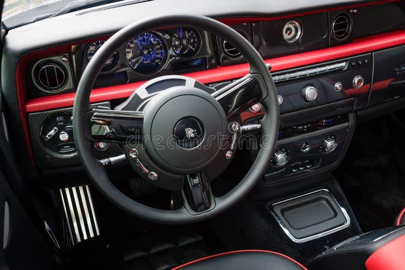A cabina do piloto do carro luxuoso Rolls royce Phantom Drophead Coupe (desde 2007) foto de stock