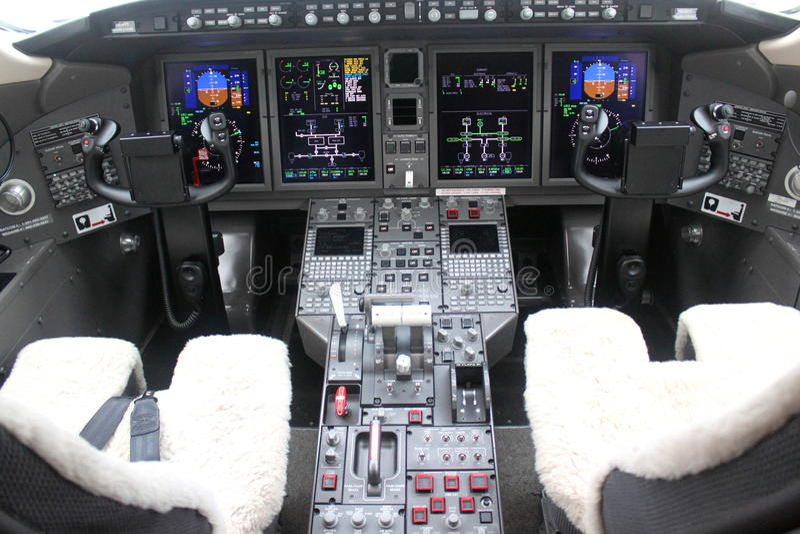 Cabina do piloto e placa de um avião fotos de stock