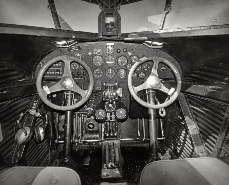 Cabina do piloto velha do avião fotografia de stock royalty free
