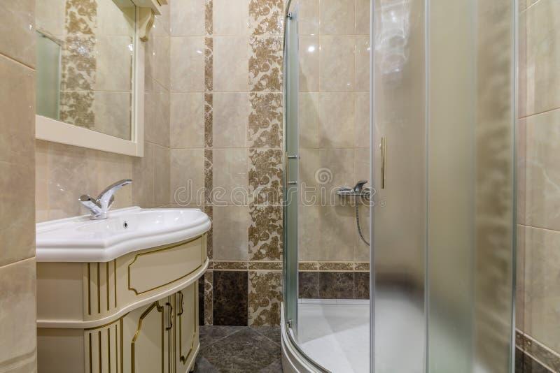 Cabina e lavandino della doccia immagini stock libere da diritti