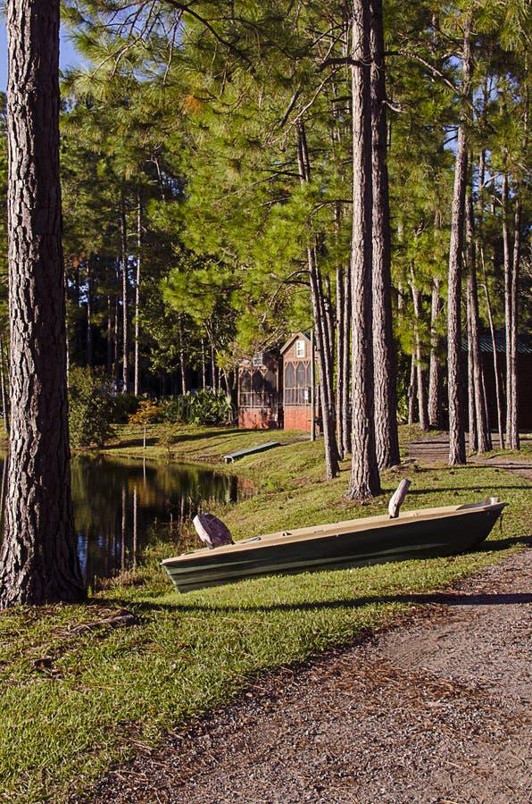 Cabina en el bosque fotos de archivo