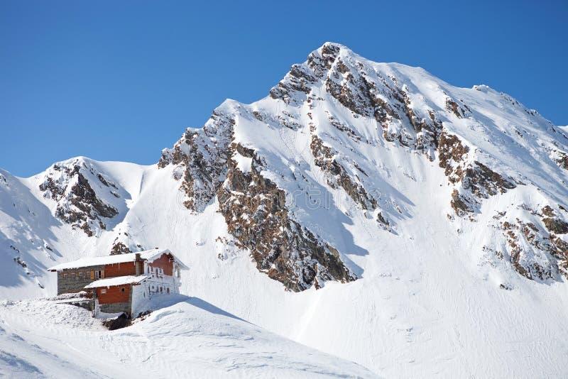 Cabina en la montaña cárpata imagenes de archivo