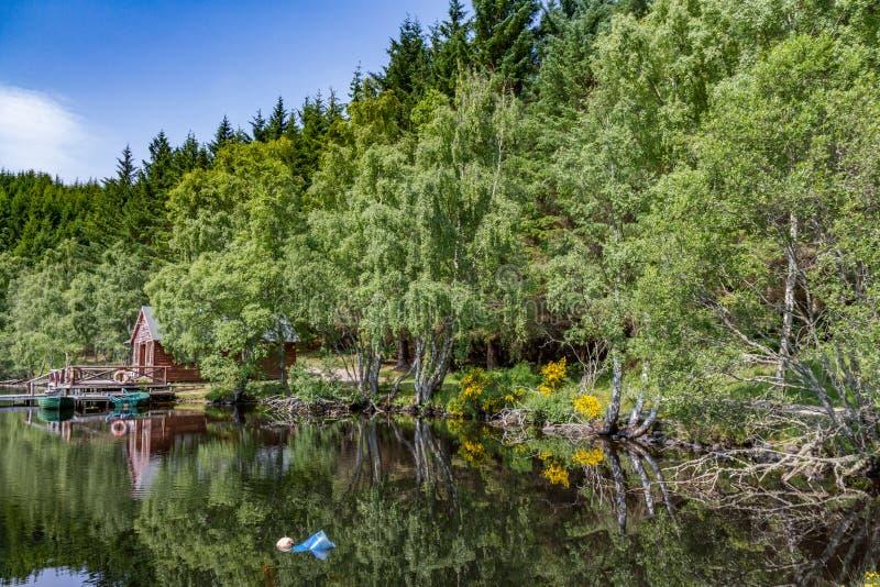 Cabina escocesa cerca de un lago foto de archivo libre de regalías