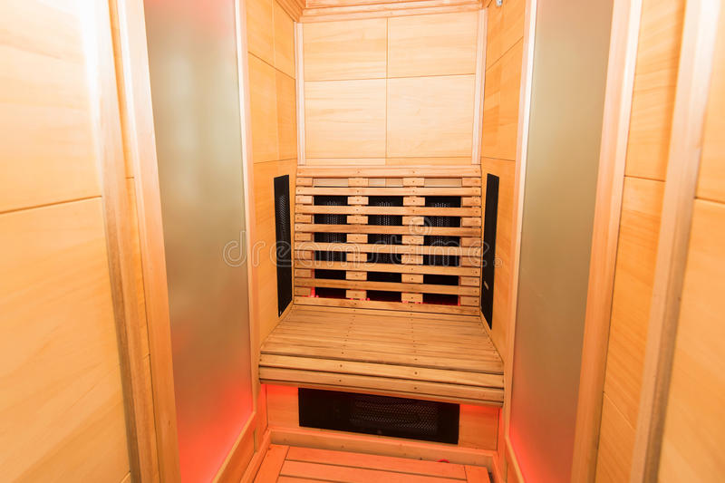 Cabina Sauna Vapor : Cabina infrarroja de madera de samm imagen de archivo imagen de