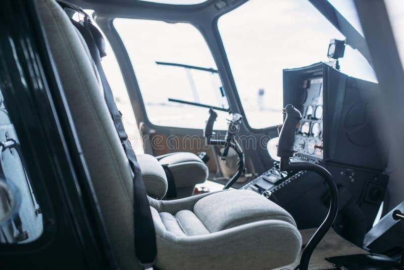 Cabina interior del helicóptero, panel de control, vista lateral foto de archivo