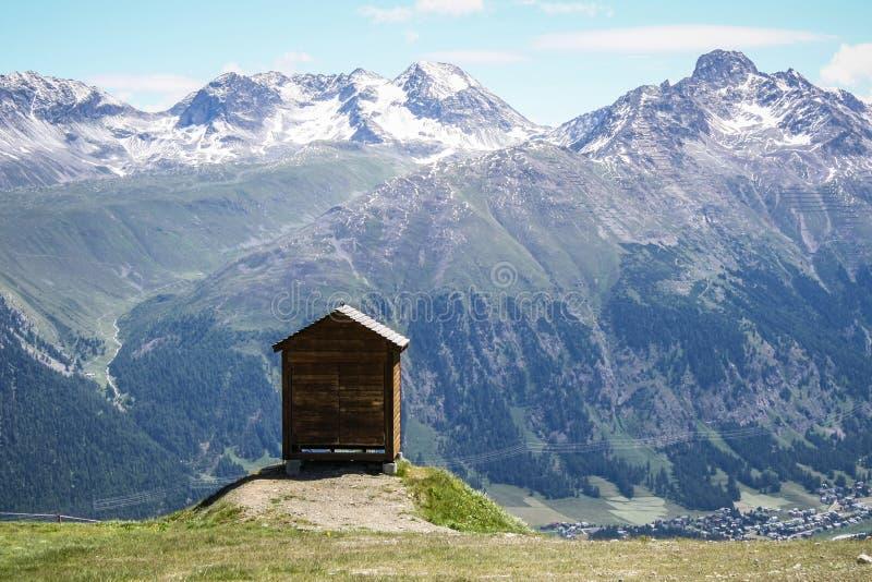 cabina isolata di legno dell 39 alta montagna fotografie