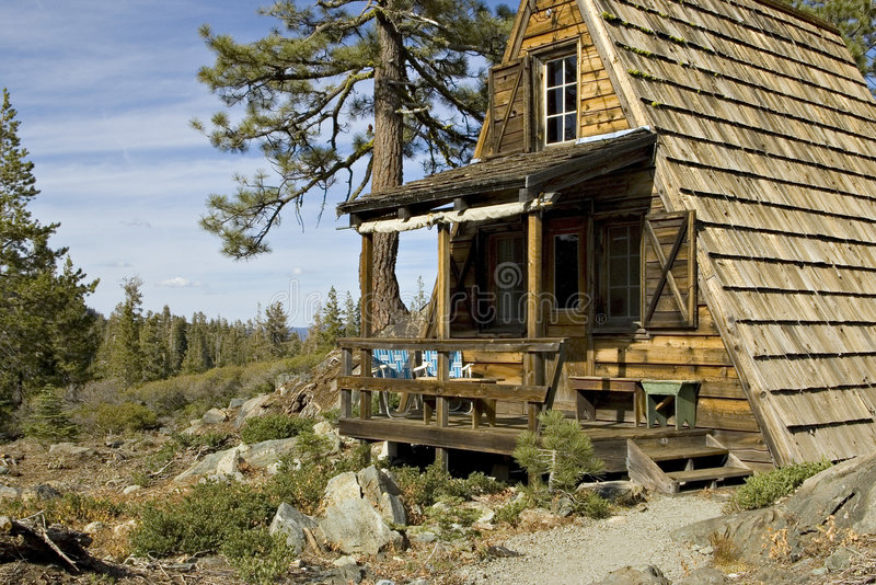 Cabina nelle montagne fotografia stock