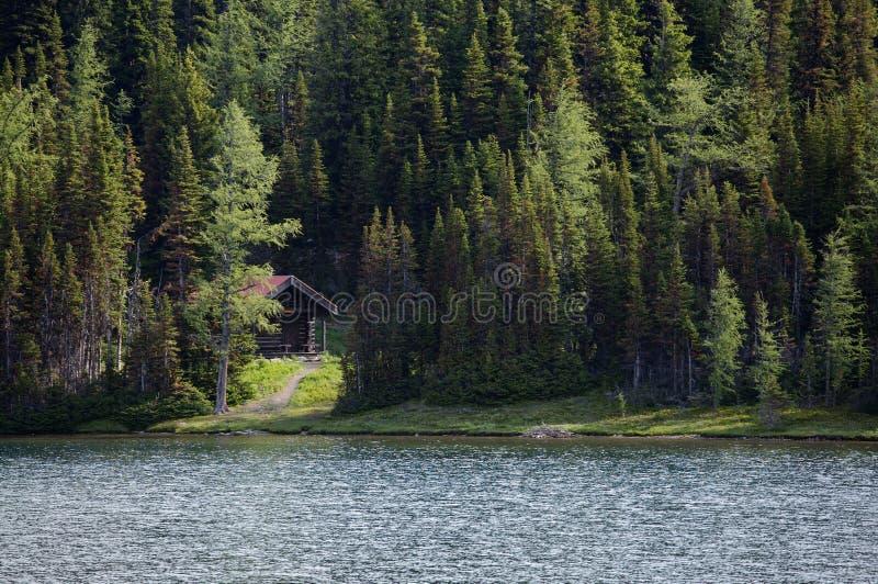 Cabina por el lago fotografía de archivo