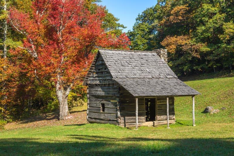 Cabina rústica, colores del otoño, ruta verde azul del canto fotos de archivo