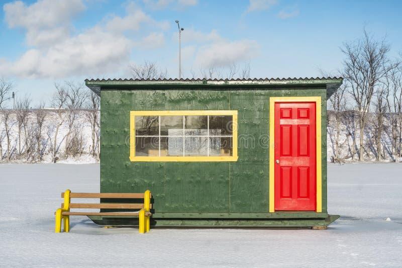 Cabina rossa gialla verde della pesca sul ghiaccio fotografia stock