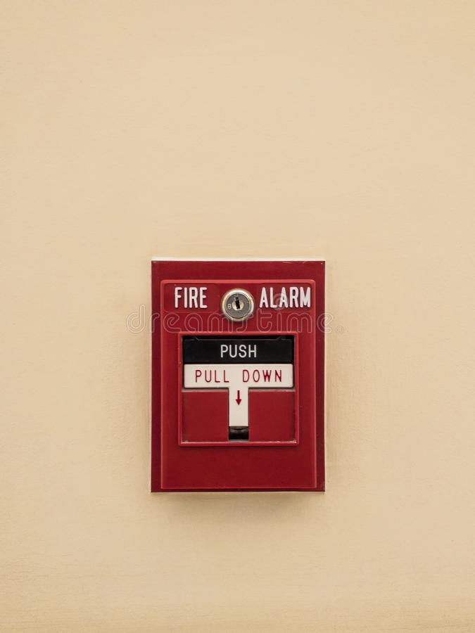 Cabina segnaletica rossa dell'allarme antincendio fotografie stock