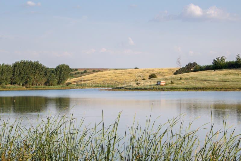 Cabina sola da un lago tranquillo fotografie stock