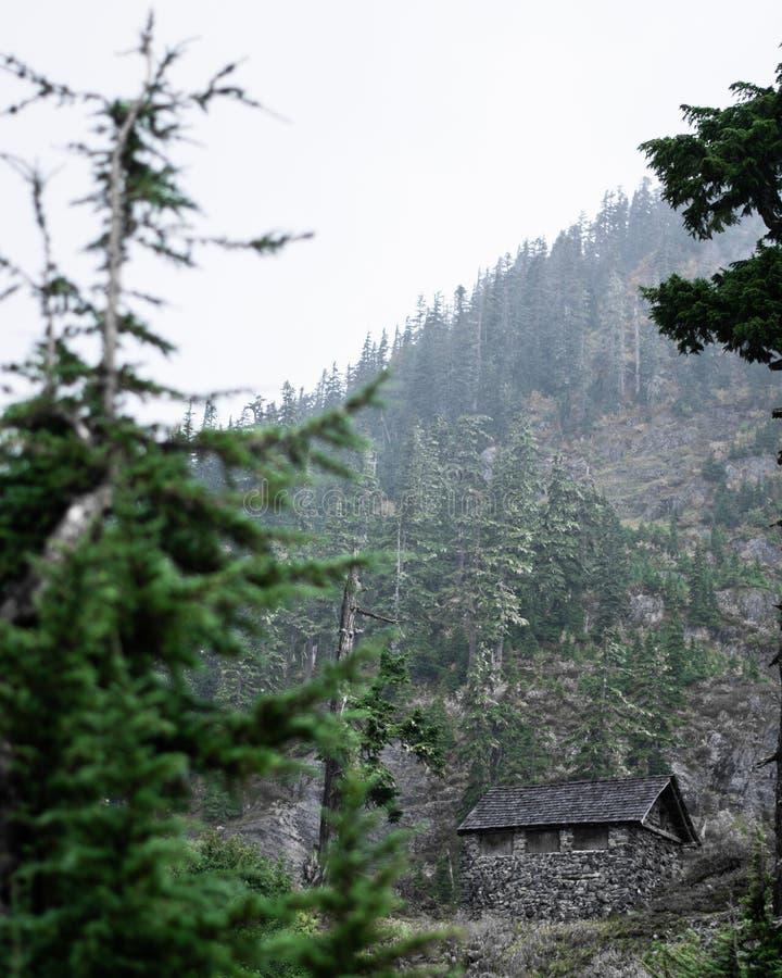 Cabina sul fianco di una montagna immagini stock libere da diritti