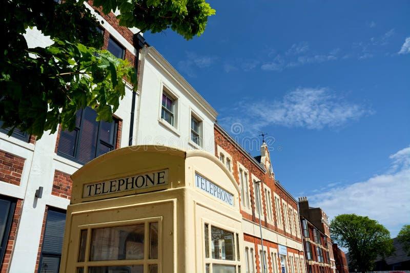 Cabina telefonica crema Guscio, Regno Unito fotografia stock libera da diritti
