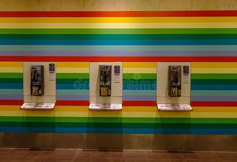 Cabina telefonica fissa pubblica all'aeroporto immagine stock libera da diritti