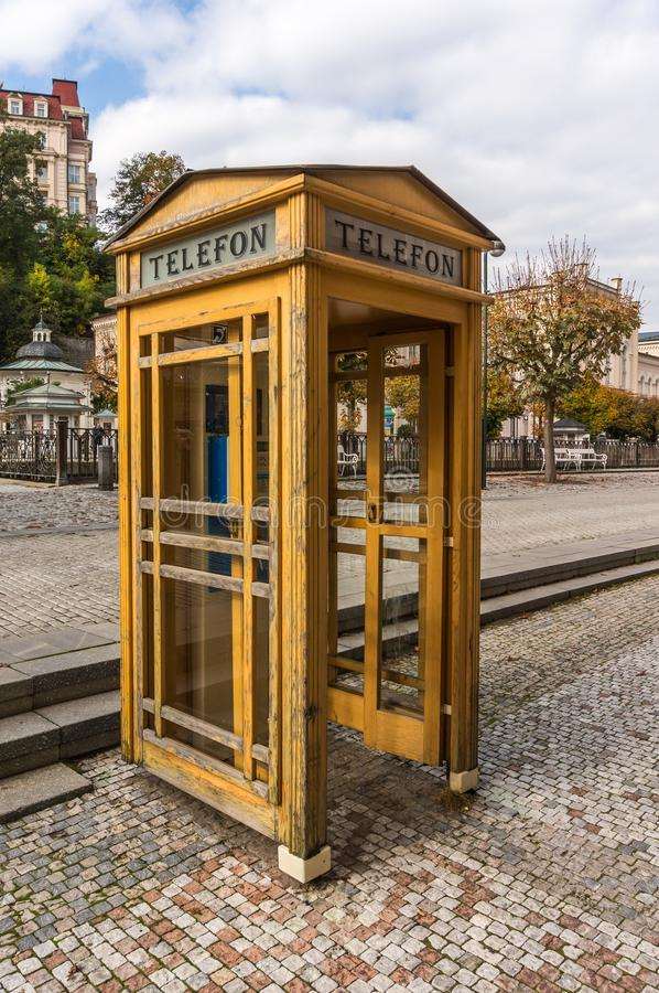 Cabina telefonica gialla fotografie stock libere da diritti